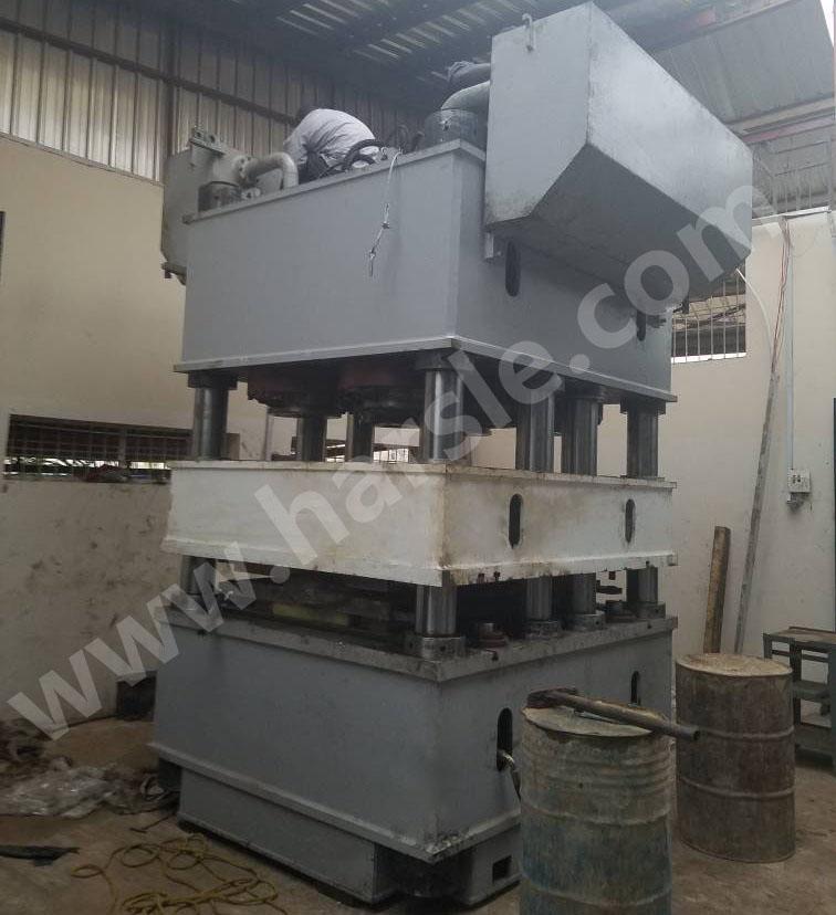 尼日利亚安装2000吨钢门压花机